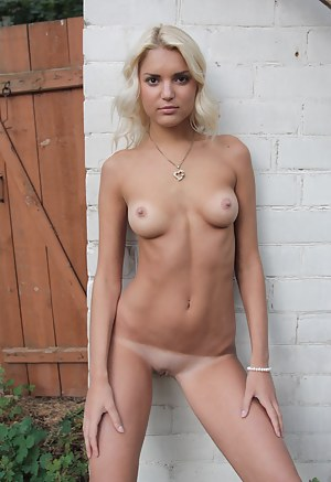The desire of posing naked and showing her gorgeous body drives neat blonde really mad.